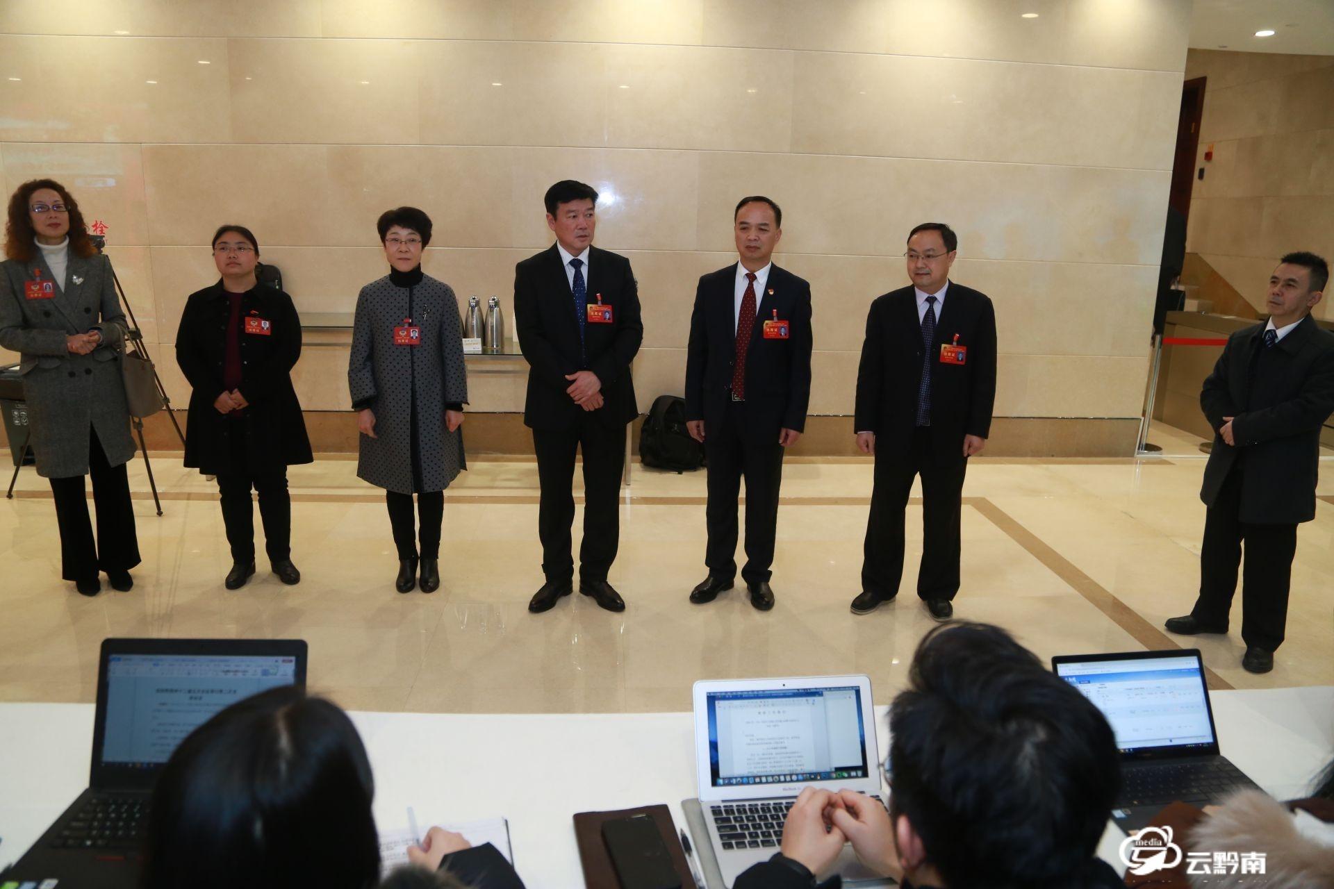 """【聚焦州""""两会""""】州领导看望慰问采访""""两会""""的媒体记者"""