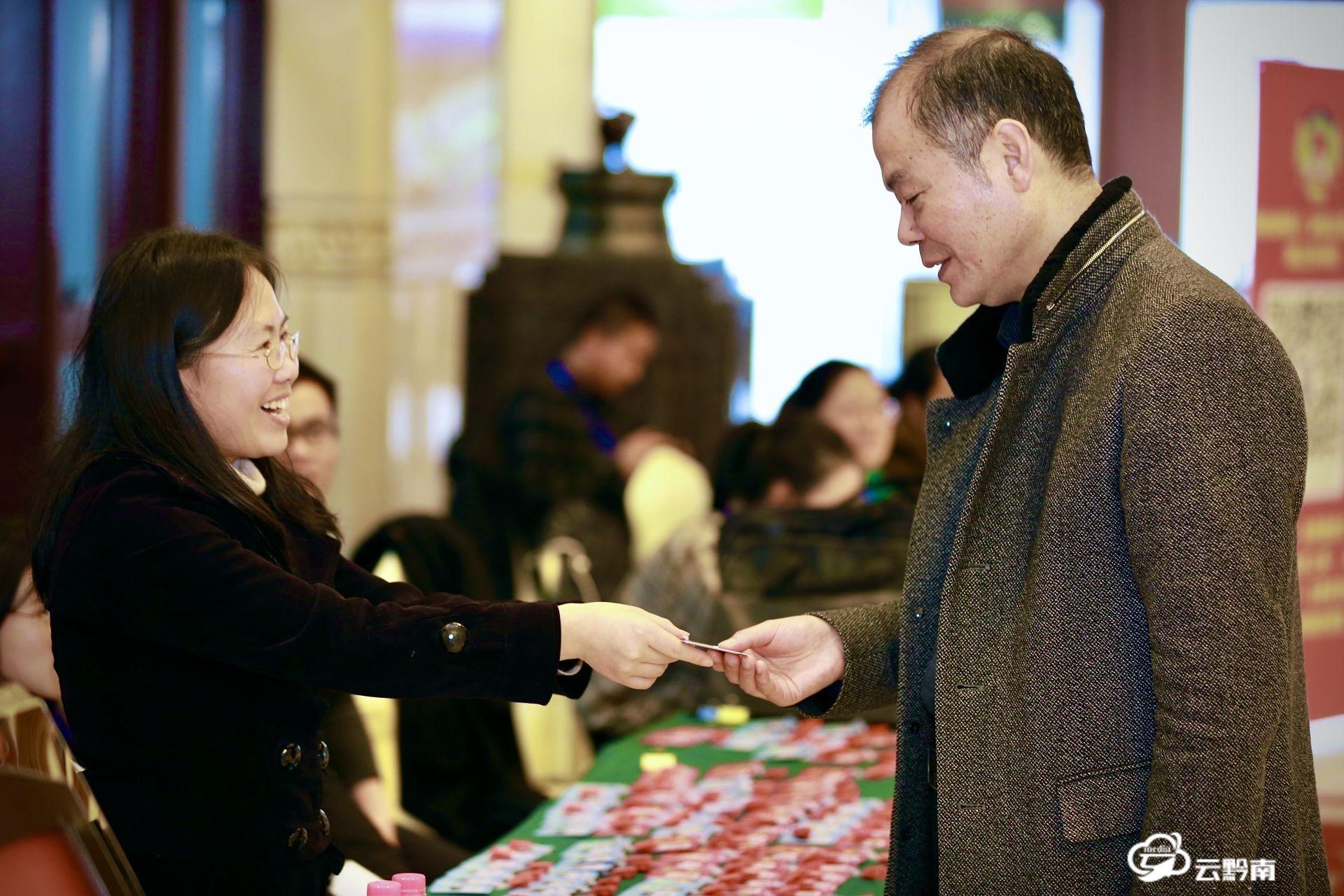 出席政协黔南州十二届五次会议的委员们陆续抵匀报到