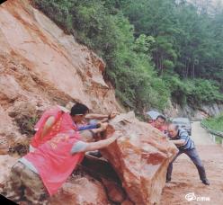 龍里縣關莊村志愿者服務隊清理塌方山石保暢通