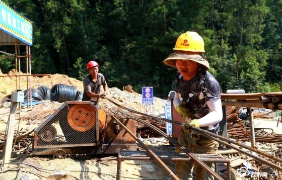 致敬酷暑下的勞動者——第四屆中國綠化博覽會綠博園在建項目見聞