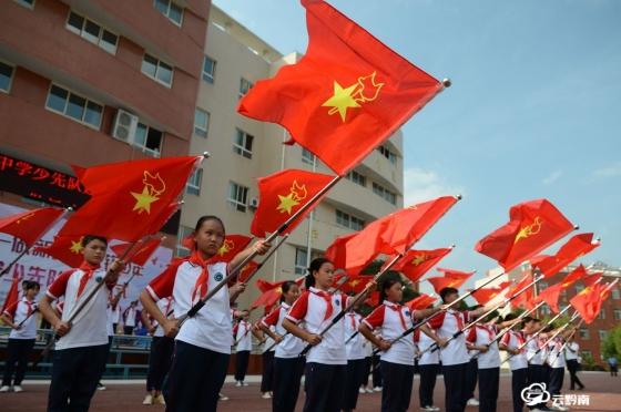 龍里縣千名少先隊員宣誓:為共產主義事業貢獻力量