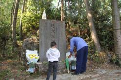 盘州市胜境村一家五代为红军烈士扫墓84载