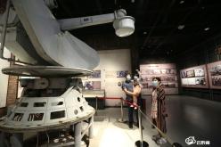 游客都匀三线博物馆里过假期