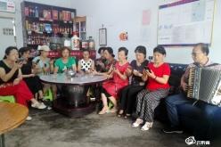 黔南州好花紅合唱團部分成員深情歌唱慶祝建黨99周年