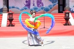 展传统服饰之优美  传中华文化之魅力