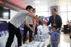 长顺:爱心奶粉助力移民孩子健康成长
