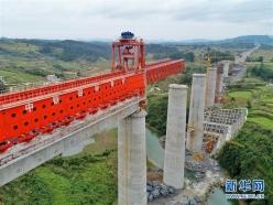 贵南高铁加紧建设施工