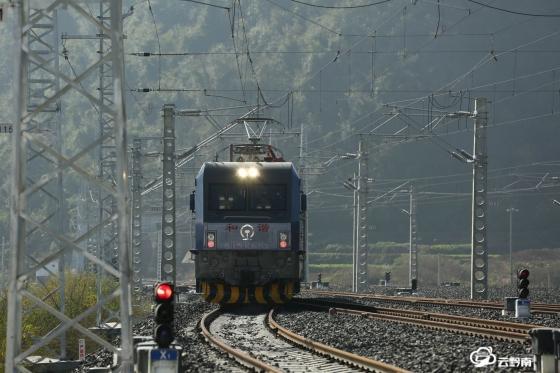 瓮马铁路进入最后调试阶段