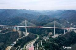 国家级媒体关注都安高速贵定云雾大桥建设