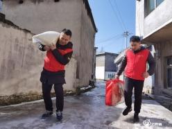 龙里县谷脚镇志愿者为敬老院送去冬日温暖