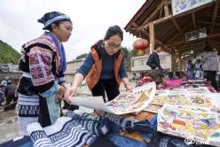 龙里:平坡苗族绘画引客来