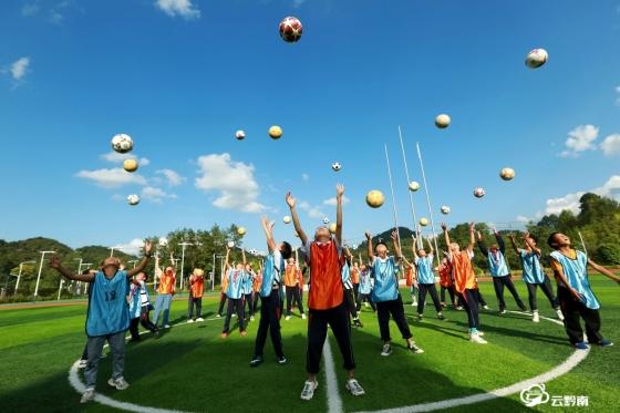 福泉:足球进校园 欢乐伴成长